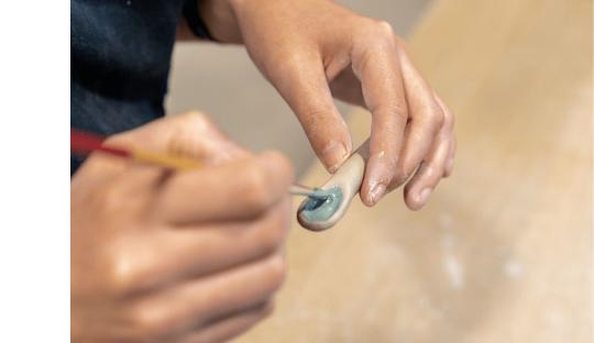Atelier parent enfant modelage poterie Audrey Jezic Céramiques